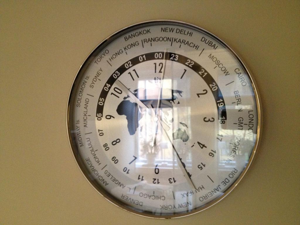 Tiden är både gränslös och begränsad. På sikt lär man sig att tiden kommer bakifrån och inte mot oss, framifrån.