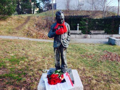 En skulptur av den tyske konstnären Rainer Fetting föreställande Willy Brandt har rests i Hammarbyhöjden. Den är en mindre kopia av en 3,40 meter hög bronsskulptur i Willy-Brandt-Haus, de tyska socialdemokraternas partihögkvarter i Berlin, av samma skulptör.
